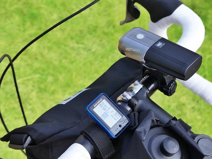 フロントバッグ「シースリーショルダーS」が自転車のハンドルに装着されている写真。バッグがハンドルより上に飛び出していないので、自転車用ライトやサイクルコンピューターなどのアクセサリーの装着・使用に影響がないことがわかる。