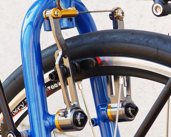 バイクフライデーのニューワールドツーリストのフロントブレーキが「リデアCNCロングVブレーキ」に交換された状態の写真。