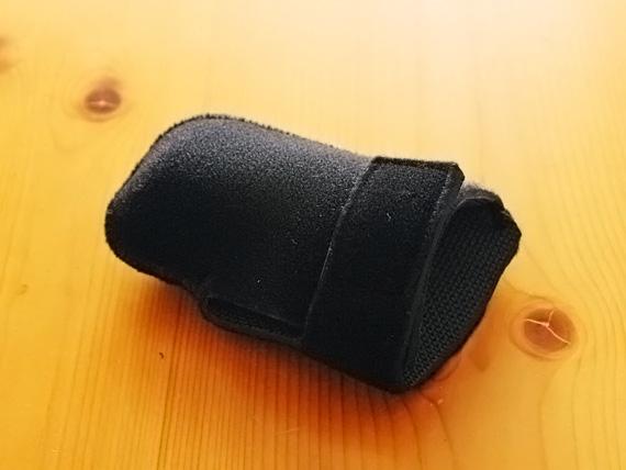 黒いネオプレン素材で出来た細長い袋状の保護具の写真。