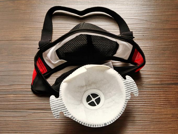 スワンズのスポーツマスクにフィルターを着脱する様子のイメージ写真