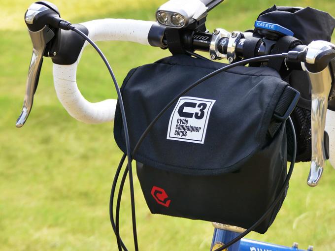 ミニベロ・折り畳み自転車にオススメのフロントバッグ「シースリーショルダーS」がドロップハンドルに装着されている写真。