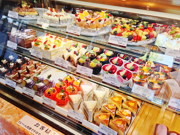 「とも栄」の店内の洋生菓子コーナーのショーケースの写真。色とりどりのたくさんのケーキが並んでいる。