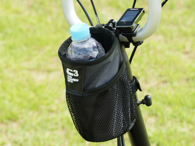 BROMPTON(ブロンプトン)に装着したハンドルセンターポーチにペットボトルを収納している写真。