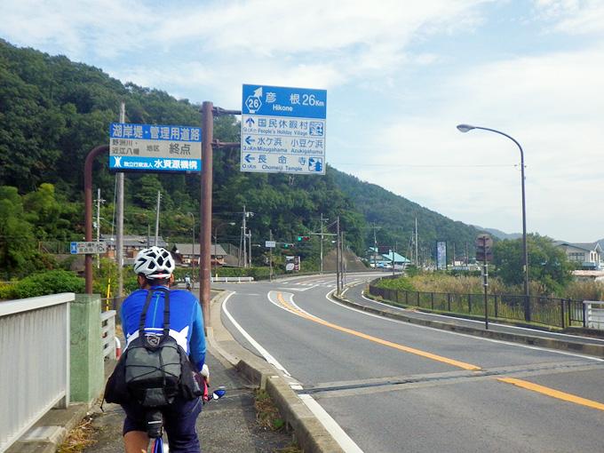 滋賀県近江八幡市内の湖岸道路上の交差点の写真。道路案内の標識があり、左に曲がると「水ヶ浜・小豆ヶ浜」方面であると書かれている。