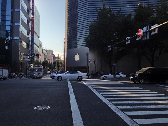 大阪・心斎橋の道路の写真。むこうにアップルストアが見える。