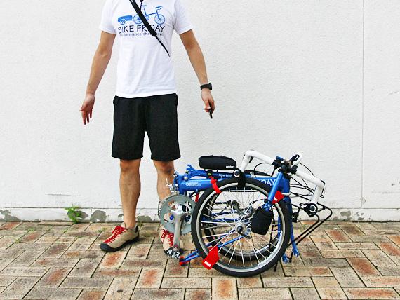 バイクフライデーの折りたたみミニベロ「ニューワールドツーリスト」が完全に折りたたまれた状態の写真。