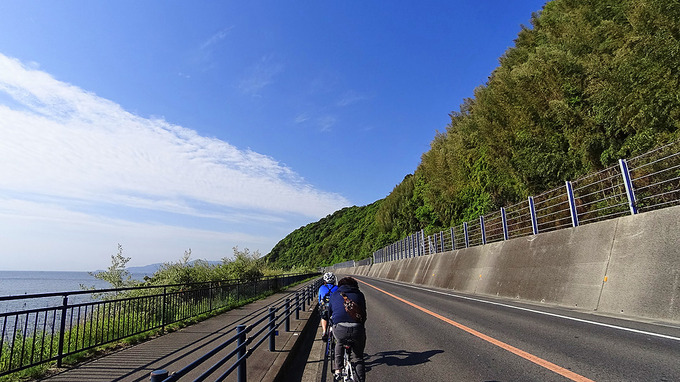 淡路島・塩尾付近の道路から見た風景の写真。右側は高い岩壁になっていて、左側には海が広がっている。