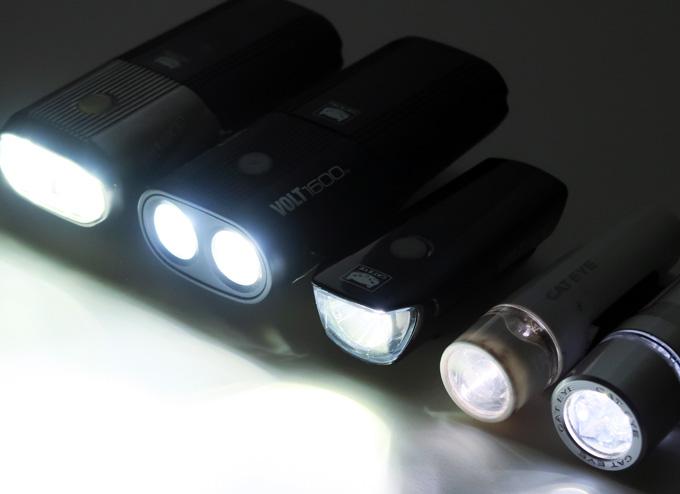 キャットアイの自転車用ライトをいくつか並べて明るさを比較している写真