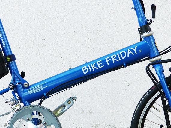 バイクフライデーの折りたたみ小径自転車「ニューワールドツーリスト」のメインフレームの写真。青色の太いフレームに、白いアルファベットでバイクフライデーの文字が書かれている。