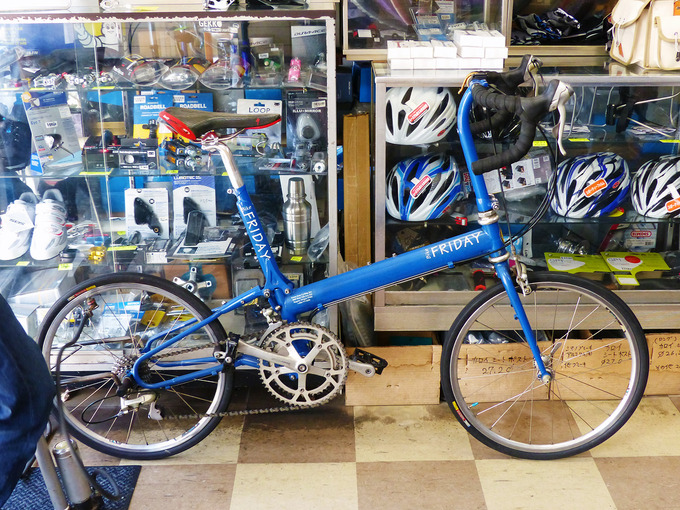 イトーサイクルの店内で、バイクフライデーのロードバイク「ポケットロケット」を写した写真。ニューワールドツーリストのホイールよりも少し大きな「20インチ、451サイズ」のホイールが付いている。