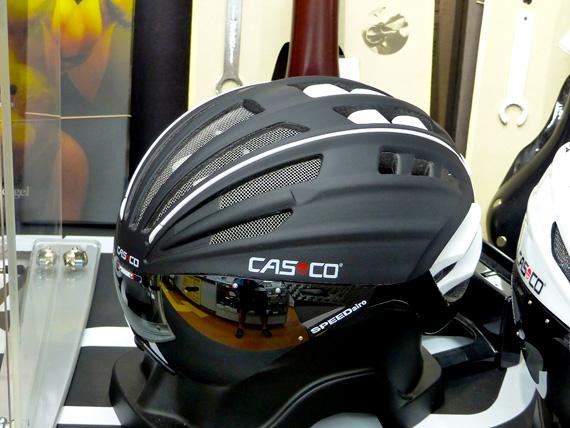 自転車用のヘルメットの写真。つや消しブラックで、たくさんのエアスリットが設けられていて、目の部分にはシールドがついている。
