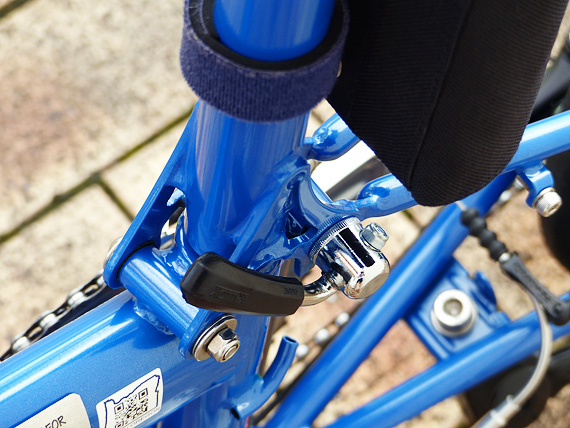 バイクフライデーの折りたたみ小径自転車「ニューワールドツーリスト」の後部折りたたみ構造を固定・解除するレバーの写真。