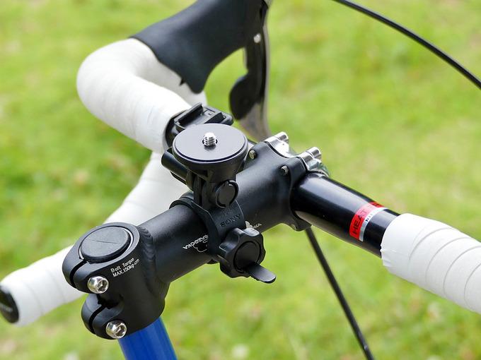 自転車のハンドルにカメラを固定するマウントの写真