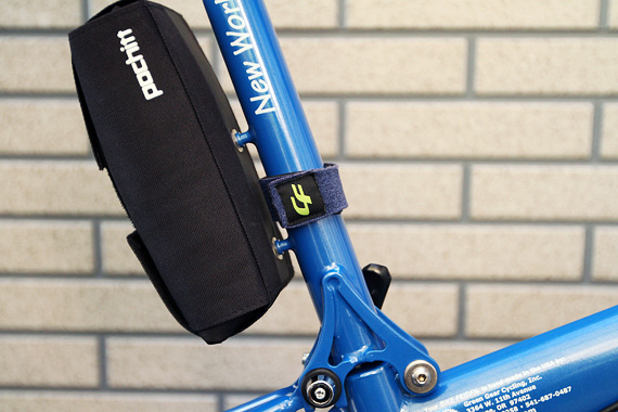 バイクフライデーの折り畳みミニベロ「ニューワールドツーリスト」のシートマストに青いベルトが装着されている写真。