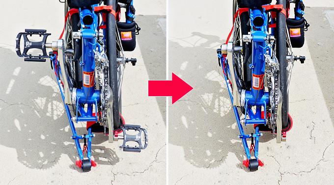 バイクフライデーの折りたたみミニベロ「ニューワールドツーリスト」が小さく折り畳まれた状態で置かれていて、クランクにペダルが付けられた状態と取り外された状態の比較写真。ペダルが取り外されると横幅がずいぶん小さくなっている。