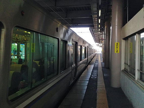 JR守山駅のホームに電車が停まっている写真。