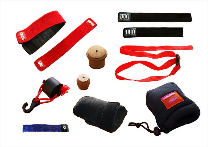いろいろなベルトや保護具が並べられた写真。