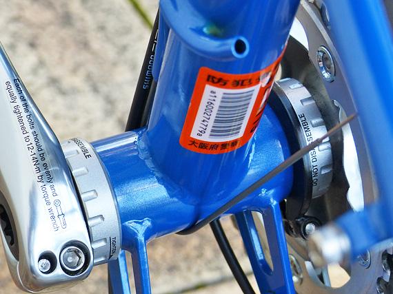 ボトムブラケット周辺の写真。青いフレームに、銀色のボトムブラケットが付いている。