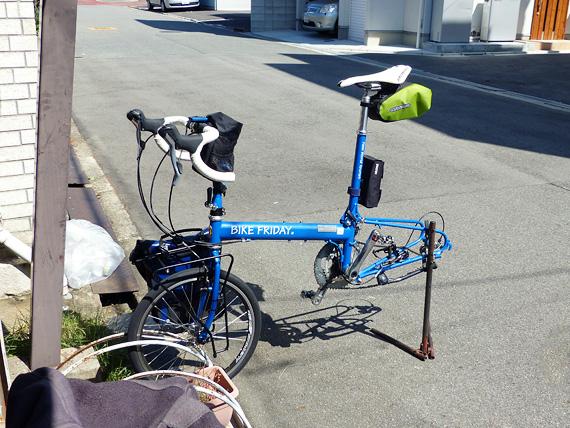 バイクフライデーの折り畳みミニベロ「ニューワールドツーリスト」が、リアホイールが外されてワークスタンドに固定されている写真。