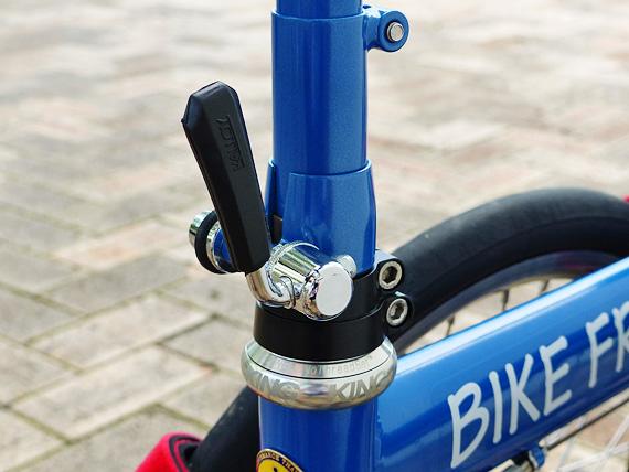 バイクフライデーの折りたたみミニベロ「ニューワールドツーリスト」のステムジョイント部分を固定・解除するクイックレバーの写真。