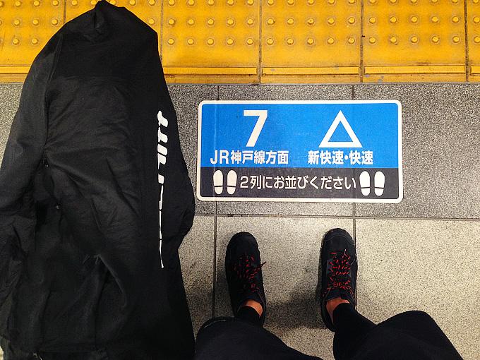 電車の駅のホームに置かれた輪行袋の写真。
