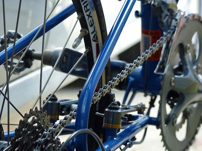 自転車のフレームやパーツを写した写真