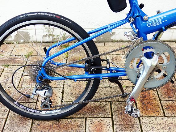 自転車のチェーンが前側がアウターギアに、後ろ側がトップギアに変速・設定されている写真。