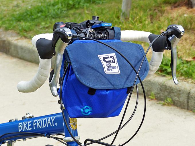 フロントバッグ「シースリーショルダーS」がバイクフライデー・ニューワールドツーリストに装着されている写真。