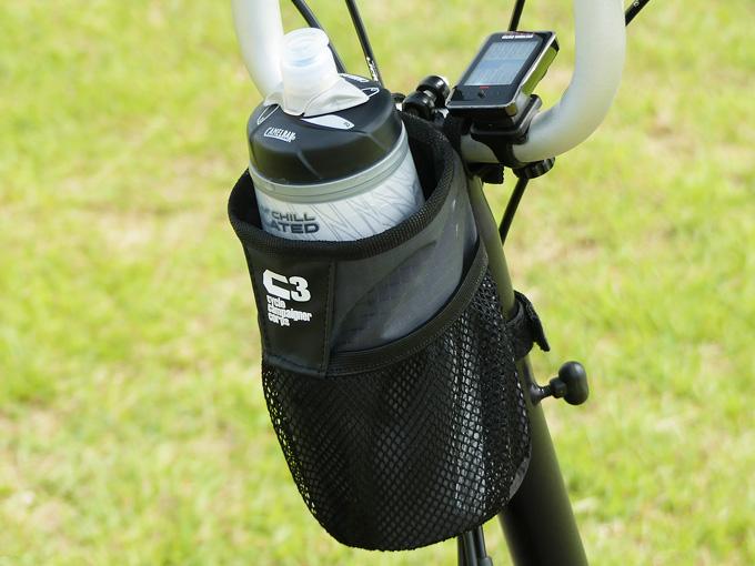 BROMPTON(ブロンプトン)に装着したハンドルセンターポーチにサイクルボトルを収納している写真。