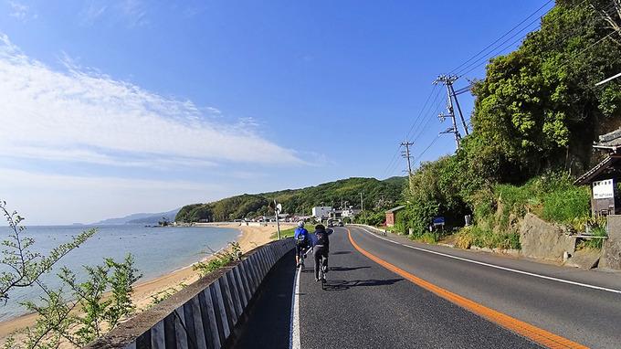 淡路島・厚浜付近の道路から見た風景の写真。道路のすぐ傍に砂浜と海が広がっている。