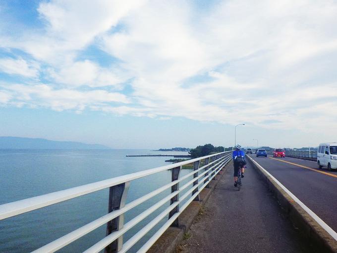 滋賀県守山市を流れる「野洲川」の河口に架かる橋「中州大橋」の上から見る風景。眼下には琵琶湖が広がっている。