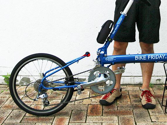 バイクフライデーの折り畳みミニベロ「ニューワールドツーリスト」の後部が折り畳み機構を支点に変形している写真。
