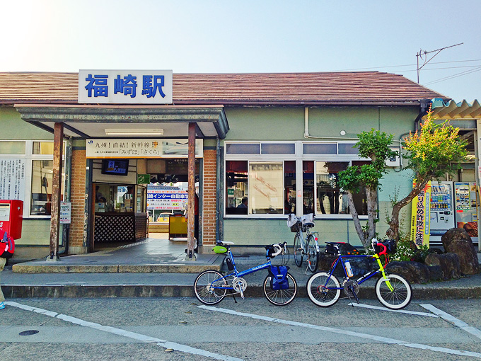 JR播但線「福崎駅」の駅舎の写真。とても小さな駅だ。駅の前には2台の自転車、「ニューワールドツーリスト」と「コメットR」が停められている。