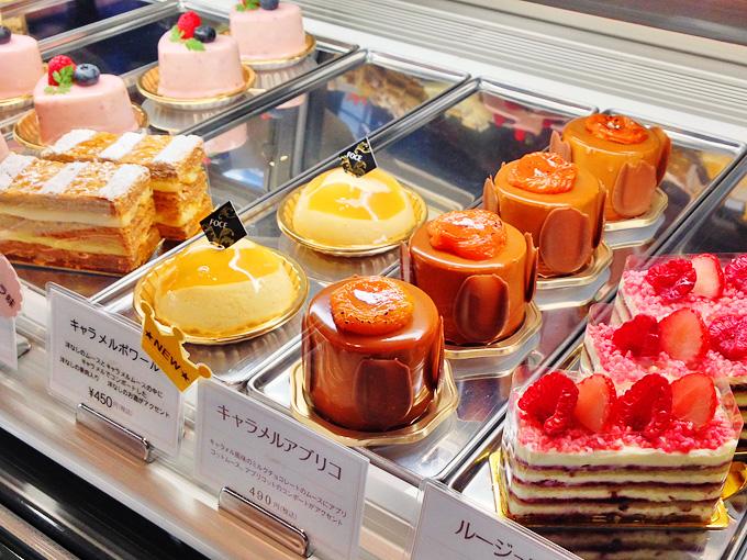 店内のショーケースの中に、いろいろな種類のケーキが並んでいる写真。