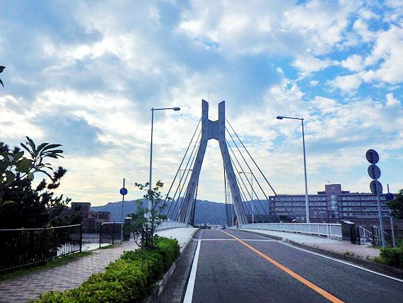 淡路島・州浜橋の写真。白い吊橋である。