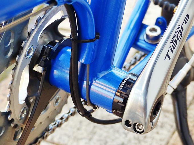 バイクフライデーのニューワールドツーリストのボトムブラケット付近の写真。シマノの「SM-RBB60」が装着されている。