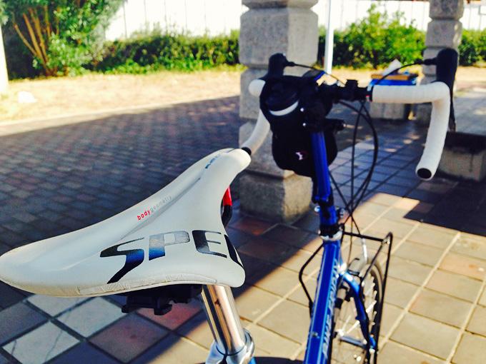 バイクフライデーの折り畳みミニベロ「ニューワールドツーリスト」を斜め後ろから見た写真。