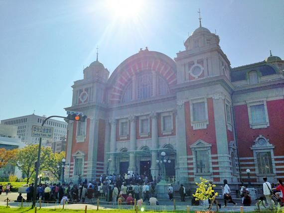 「大阪市中央公会堂」を道路側から見た写真。