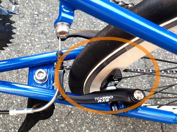 406用のブレーキが装着されている自転車に451サイズのホイールが装着されていて、ブレーキシューがリムに届いていない状態の写真。