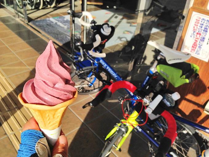 「アドベリーソフトクリーム」の写真。やや暗いピンク色をしている。