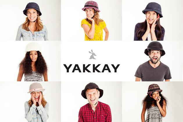 「YAKKAY(ヤッカイ)」のヘルメットを被った男女数人の写真。まるで普通の帽子を被っているように見える。