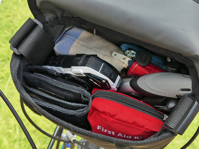 フロントバッグ「シースリーショルダーS」のフラップを開けた写真。たくさんの荷物が収納されているのがわかる。