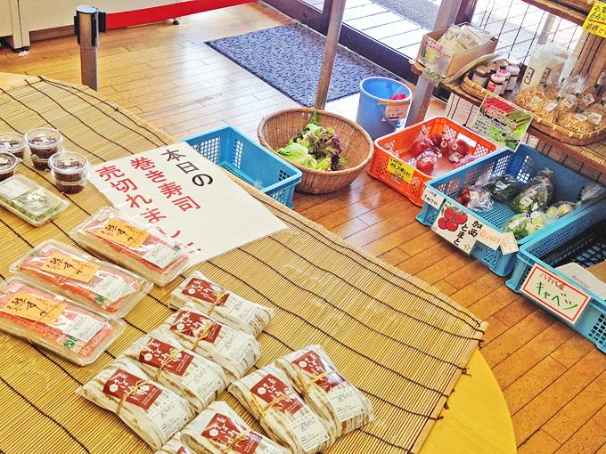 「マイスター工房八千代」の店内の写真。野菜やお寿司など色々なものが売られている。お寿司が置かれている場所には「巻き寿司売り切れました」と書かれている。