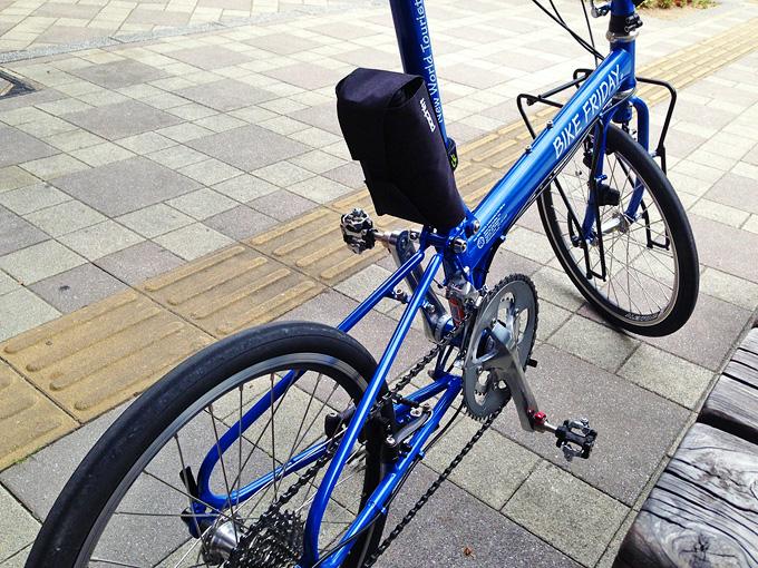 道の駅「しんぐう」内の休憩場所に停められたバイクフライデーの折り畳みミニベロ「ニューワールドツーリスト」の写真。
