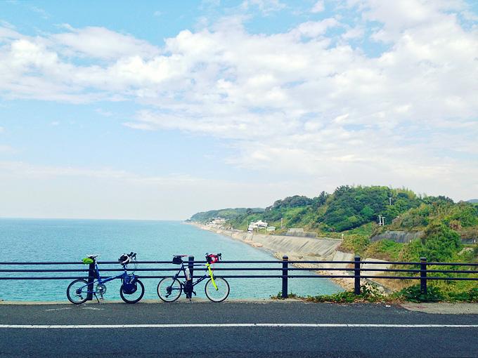 淡路島の西側「五斗崎」付近の風景。高台で、眼下に青い海が広がっている。ガードレールの前には2台の自転車、バイクフライデーの折り畳みミニベロ「ニューワールドツーリスト」とミニベロロード「コメットR」が停められている。