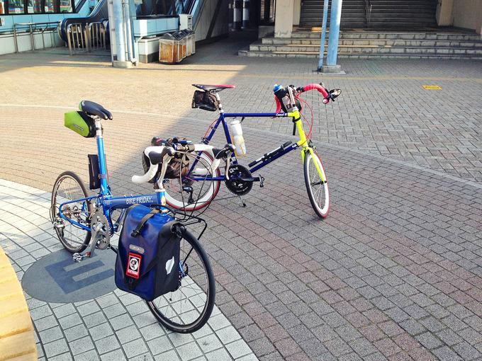 JR守山駅前の広場に2台の自転車、「ニューワールドツーリスト」と「コメットR」が停められている写真。