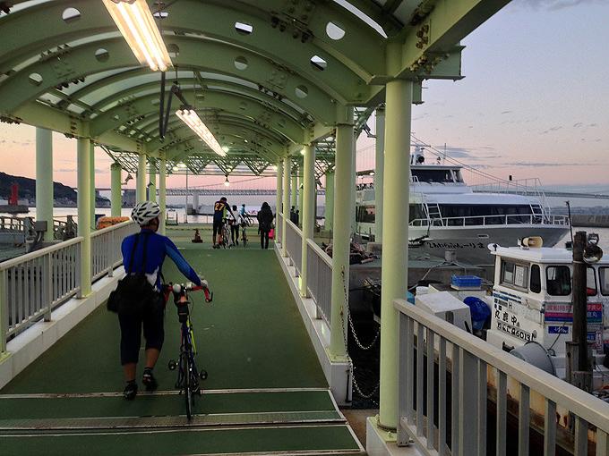岩屋港から「淡路ジェノバライン」の船に乗る桟橋の風景。