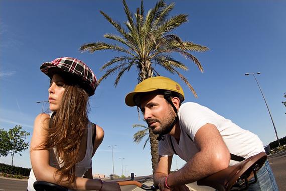 クロスカのヘルメットを被った男女の写真。